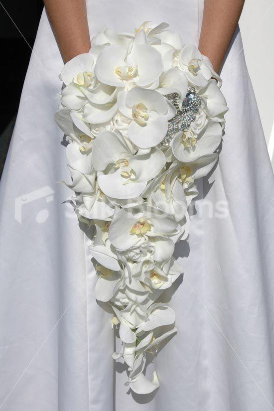 каплевидный букет из белых орхидей